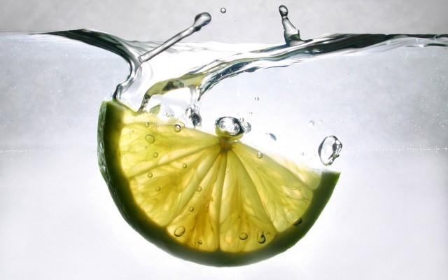 Limone-curcuma-e-acqua-tiepida-lelisir-del-benessere